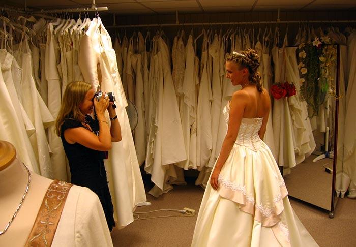 Как выбрать свадебное платье не потратив уйму времени.  Какой выбрать фасон.  Как вести себя на примерке в салоне?